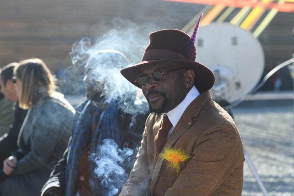 Thierry Mouele portrait avec le chapeau d'Anthony  Peto